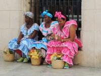 Mujeres con vestidos tradicionales en la Habana Vieja
